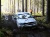 Toyota Hilux tiek galā ar dubļaino posmu bez pieturām