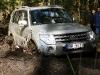 Nesagatavotam ielas Mitsubishi Pajero nelielā dubļu vanna izrādās grūts pārbaudījums