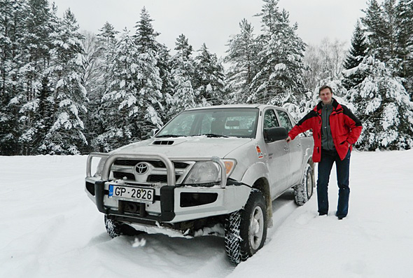 Edvīns pie Toyota Hilux ar General Grabber AT