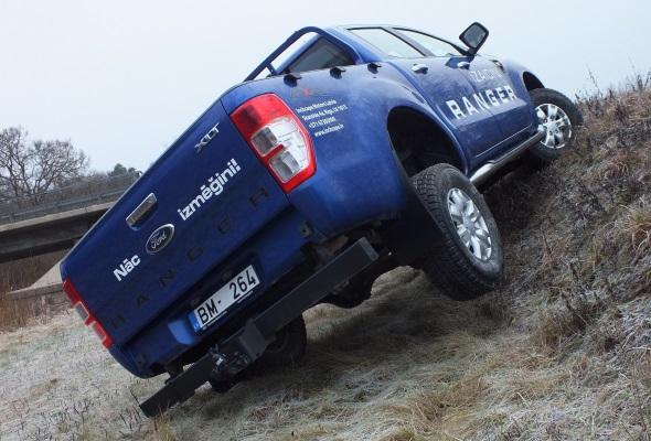 Ford Ranger uz 50 cm šķēršļa uzbrauc viegli