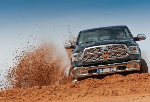 Dodge Ram 1500 smiltis