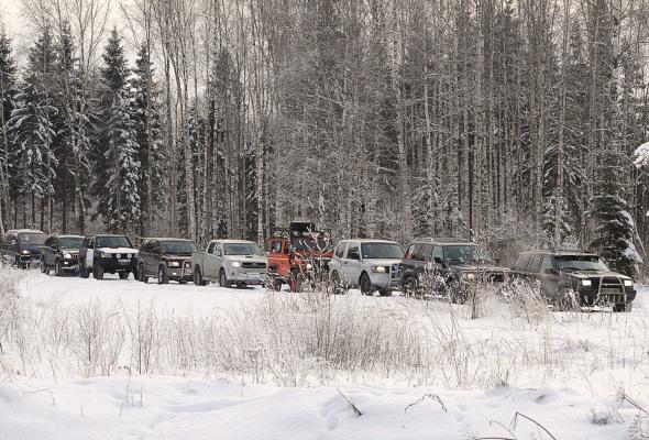 4x4 auto kolonna ziemā